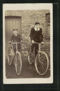 AK Jungen mit Fahrrad vor einem Haus