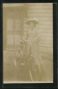 AK Junge Frau präsentiert ihr Fahrrad vor dem Haus