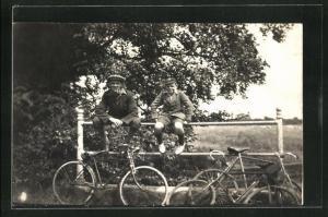 AK Jungen machen eine Pause auf ihrer Fahrradtour