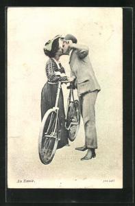 AK Frau mit Fahrrad verabschiedet sich von ihrem Liebsten