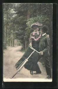 AK Frau stürzt mit dem Fahrrad dem Mann in die Arme