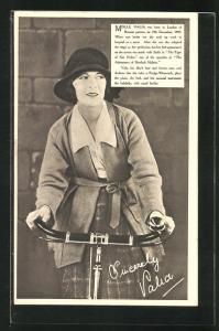AK Schauspielerin Mademoiselle Valia mit einem Fahrrad der Marke Rudge-Whitworth