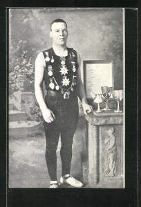 AK Radsportler mit Pokalen und Urkunde