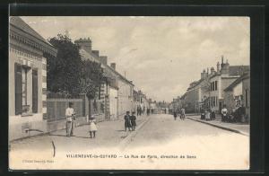 AK Villeneuve-la-Guyard, La Rue de Paris, direction de Sens, Strassenpartie