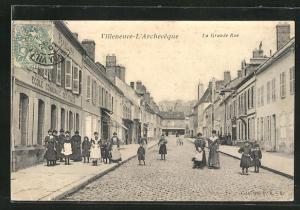 AK Villeneuve-L`Archeveque, La Grande Rue, Strassenpartie