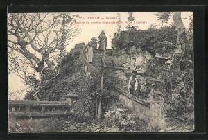 AK Tourane, Bonzes de la Pagode de marbre descendant les mille Escaliers