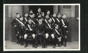 AK Gruppenportrait einer Jungen-Pfadfindergruppe in Uniformen