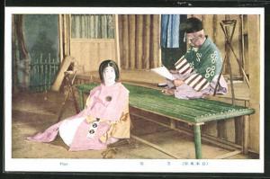 AK japanischer alter Mann liest auf Bühne ein Papier, Geisha in rosa Kimono, Play