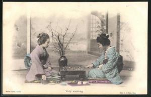AK Geishas in schönen Kimonos spielen Shogi