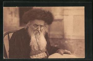 AK alter jüdischer Mann mit Pelzhut und Kneifer liest in einem Buch