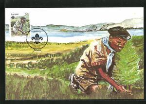 Maximum-AK Pfadfinder in Uniform und Mütze pflanzt Bäumchen ein, Scouts Conservation