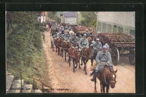 AK Verdun, Bringing up the Guns, Artilleriesoldaten in Uniformen zu Pferde