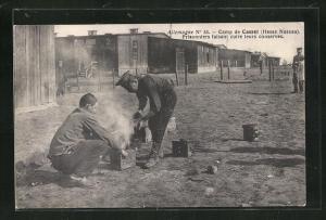 AK Kassel, Camp, Prisonniers faisant cuire leurs conserves, Kriegsgefangene