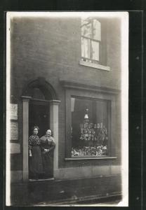 Foto-AK Zwei Frauen stehen in der Tür ihres Geschäftes für Nippes und Porzellan