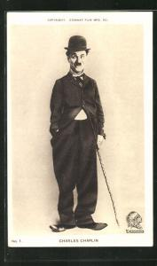 AK Schauspieler Charles Chaplin in Anzug und Melonenhut