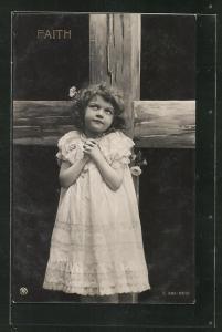 AK Allegorie, niedliches kleines Mädchen betet vor einem Kreuz, Faith