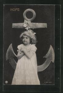 AK Allegorie, niedliches kleines Mädchen betet vor einem Anker, Hope