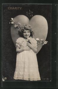 AK Allegorie, niedliches kleines Mädchen mit Rosen vor einem Herz stehend, Charity