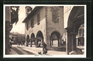 AK Orta, Piazza Umberto I., Arkaden aus der Via Elia Olina gesehen