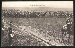 AK R. F. A. March Past, Britische Soldaten in Uniformen zu Pferde