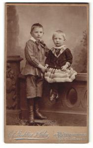 Fotografie C. F. Beddies & Sohn, Braunschweig, Portrait zwei kleine Geschwister