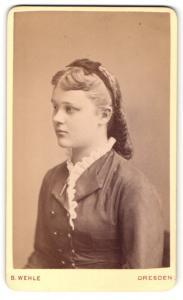Fotografie B. Wehle, Dresden, Portrait junge Dame mit Schleife in hübscher Kleidung