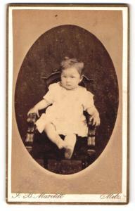 Fotografie J. B. Maroldt, Metz, Portrait bezauberndes kleines Mädchen im weissen Kleidchen