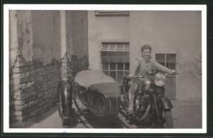 Foto-AK Knabe auf BSA-Motorrad mit Beiwagen und V-Motor