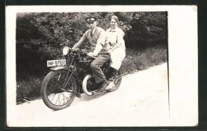 Foto-AK Paar posiert auf einem DKW-Motorrad