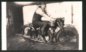 Foto-AK Stolzer Besitzer auf seinem aufgebockten Ariel-Motorrad