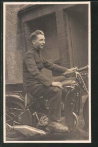 Foto-AK Junger Besitzer auf seinem BSA Motorrad