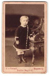 Fotografie E. v. Flottwell, Magdeburg, Portrait kleines Mädchen im Samtkleid mit Buch an Stuh gelehnt