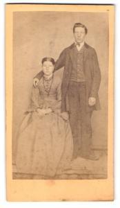 Fotografie unbekannter Fotograf und Ort, Portrait bürgerliches Paar in hübscher Kleidung