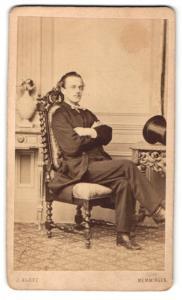 Fotografie J. Klotz, Memmingen, Mann im Anzug im Stuhl sitzend mit überschlagenen Beinen