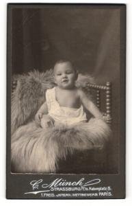 Fotografie C. Münch, Strassburg, Baby auf einem Fell