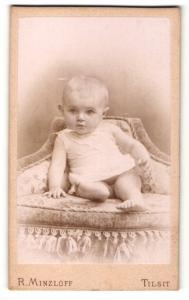 Fotografie R. Minzloff, Tilsit, Baby auf einem Stuhl