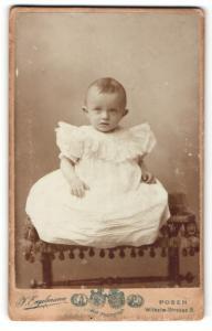 Fotografie J. Engelmann, Posen, Portrait niedliches Kleinkind im weissen Kleid