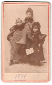 Fotografie unbekannter Fotograf und Ort, Portrait drei kleine Kinder in Wintermänteln