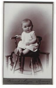 Fotografie Heinrich Mayer, Heilbronn a/N, Portrait Säugling auf Kindersitz