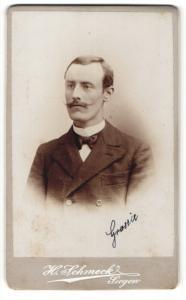 Fotografie H. Schmeck, Siegen, junger Mann mit Schnauzbart