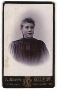 Fotografie G. Mischke, Berlin-SW, Portrait junge Dame mit Ohrringen im eleganten Kleid