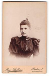 Fotografie Max Steffens, Berlin-N, Portrait junge Dame im eleganten Kleid mit Kragenbrosche