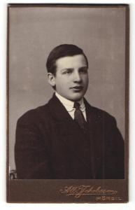 Fotografie Alb. Jakobsson, Mörsil, junger Mann im Mantel mit Binder