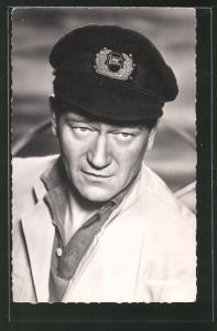 AK Schauspieler John Wayne mit Kapitänsmütze