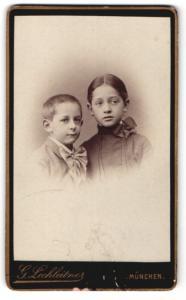 Fotografie G. Lechleitner, München, Mädchen im Kleid und Junge im Anzug mit Schleife am Hals