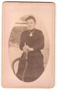 Fotografie unbekannter Fotograf und Ort, Frau im Kleid mit Halskette und breitem Amulett daran