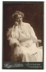 Fotografie Hugo Tahlin, Stockholm, Junge Frau im weissen Kleid im Stuhl sitzend porträtiert