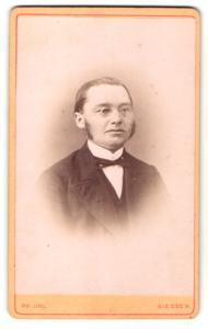 Fotografie Philipp Uhl, Giessen, Portrait bürgerlicher Herr im Anzug mit Brille u. Fliege