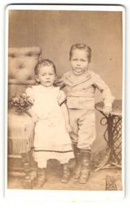Fotografie Th. Wode, Giessen, Portrait bezauberndes Kinderpaar mit Obstkorb in hübscher Kleidung
