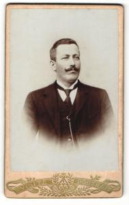 Fotografie Visite Portrait, Ort unbekannt, Portrait von Josef Brand mit Schnurrbart im Jackett